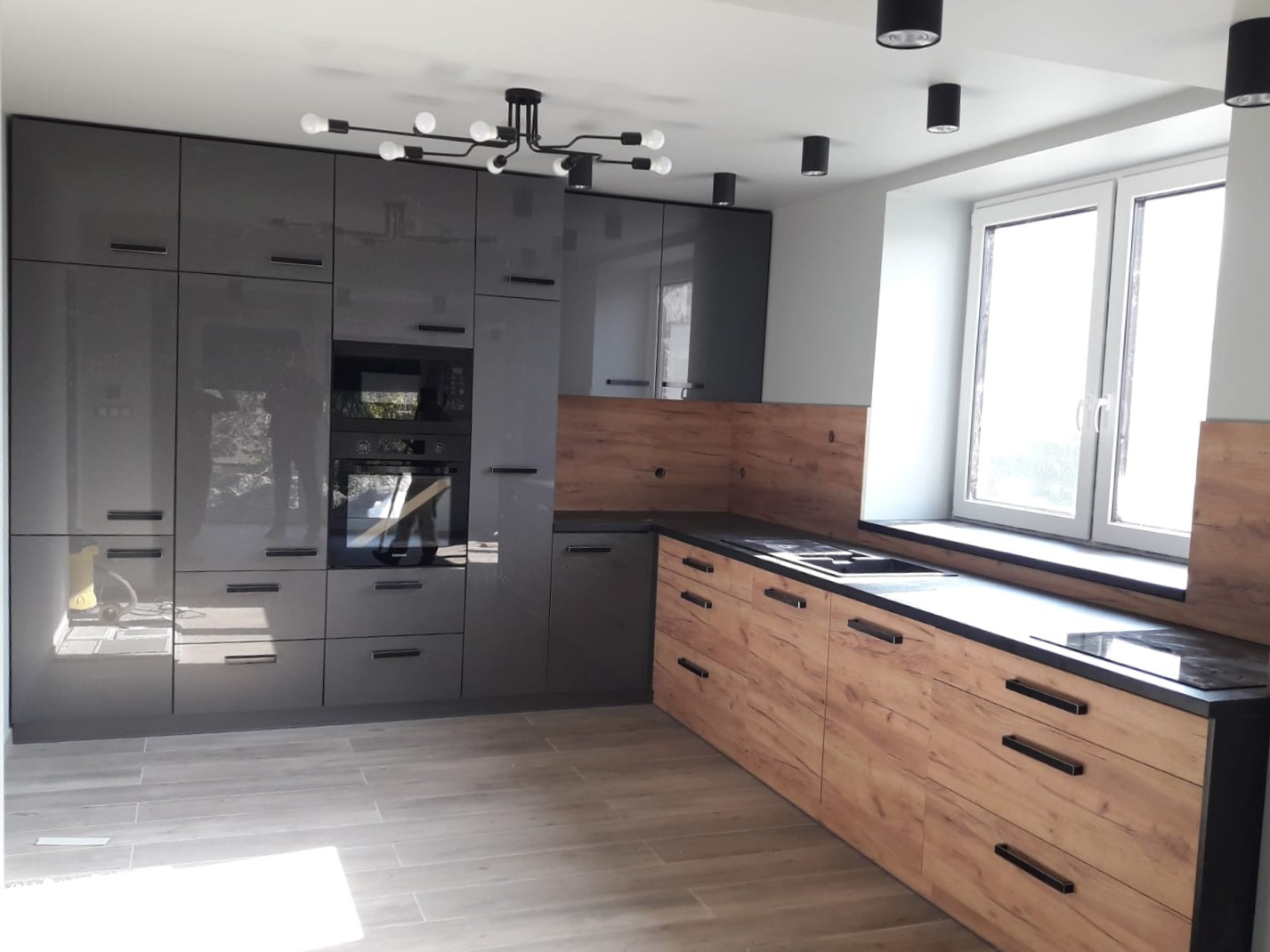 Kuchnia na wymiar, fronty akrylowe i drewnopodobne
