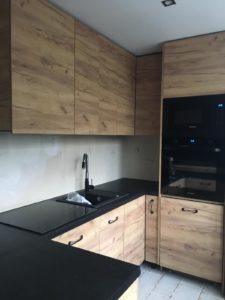 Kuchnia na wymiar, fronty drewnopodobne
