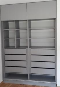 Szafa wnękowa z szufladami i półkami